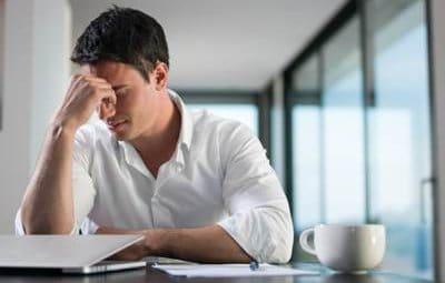 Hombre cansado ante la pantalla del ordenador