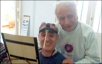 Manuel y Eduardo haciendo ejercicios de presbicia